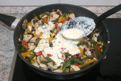 40 - Hälfte der Sauce zum Gemüse hinzufügen / Add half of sauce