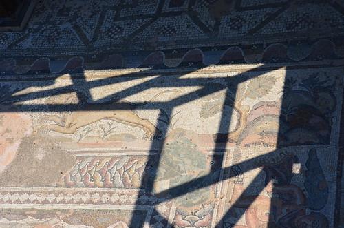 Am Rand des Mosaiks sind Tiger dargestellt