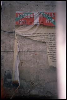 Joseba Rezolaren pankarta puskatua