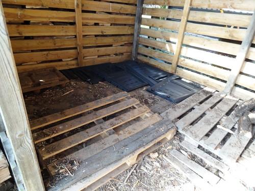 leerer Holzschuppen