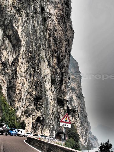 急峻な崖が頭上にそびえる