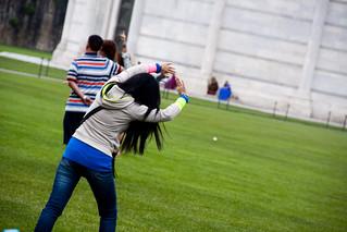 Obrázek Šikmá věž v Pise u Pisa. italy tower up holding support funny europe italia jake tourists pisa help tuscany kristen leaning 2011 jbelluch
