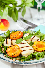 Salad with grilled halloumi cheese and peaches