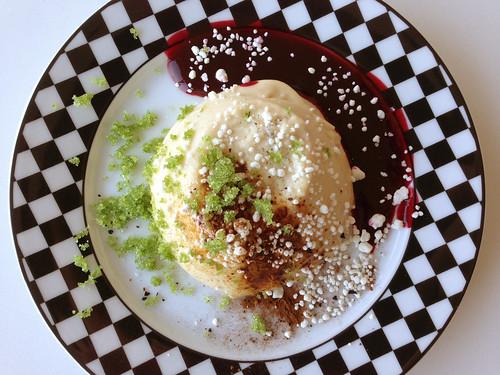 Panna cotta med hvid chokolade og lakrids, solbærcoulis og esdragonsukker