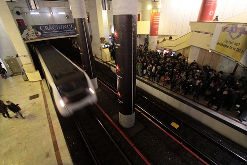 Packed platform for line M2 at Piaţa Victoriei