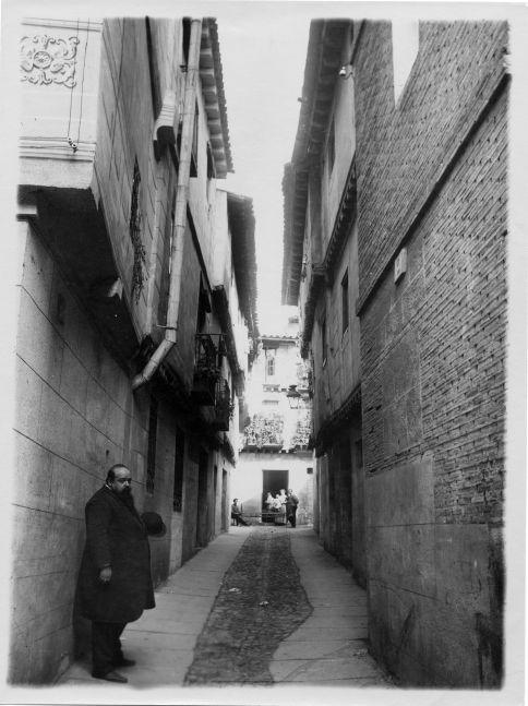 Ventura Reyes Prósper en el callejón de Bodegones hacia 1915 © Fondo Rodríguez. Archivo Histórico Provincial. JCCM. Signatura CGD2-019-4