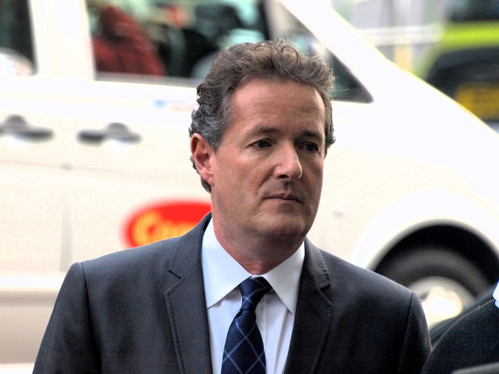 Piers Morgan orders public cleared from his camera shots in front of Buckingham Palace. London UK 28/04/2011