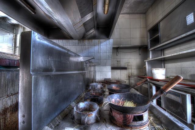 Le cuisinier secoue les nouilles