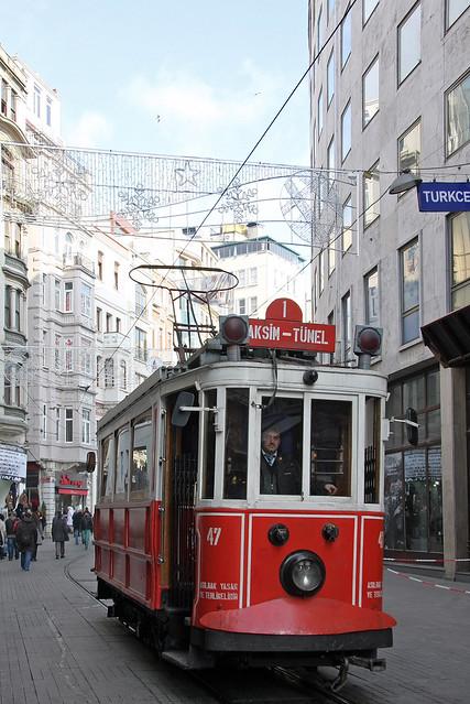 A historic tram on Istiklal Avenue, Istanbul, Turkey イスタンブール新市街、レトロな路面電車