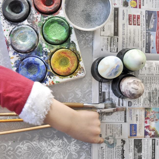 tomte-nilse målar påskägg