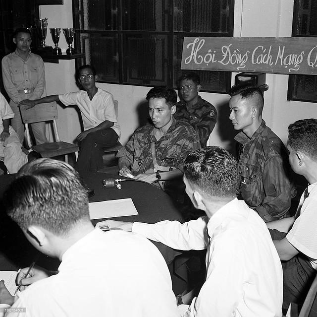 Đảo chánh 11-11-1960. Trung tá Vương Văn Đông tại buổi họp báo