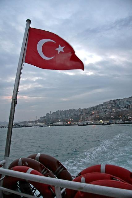 Ferryboat heading to Uskudar, Istanbul, Turkey イスタンブール、ウスキュダルへ向かう渡し船