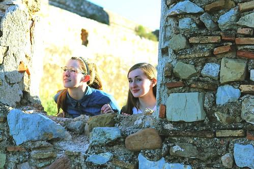 Girls looking through wall at Sagunt