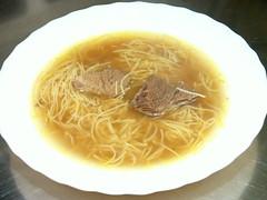 Rindssuppe mit Nudeln und Fleisch