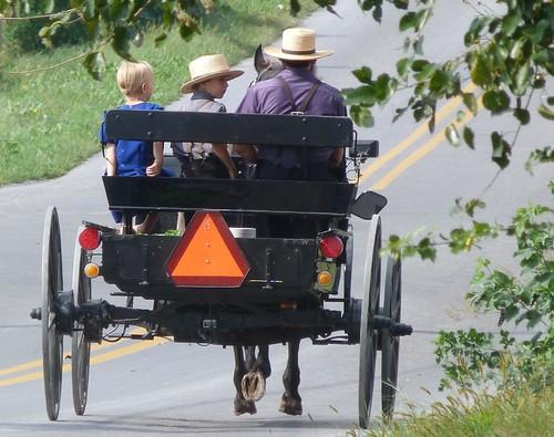 Familia amish en su carruaje circulando por Lancaster