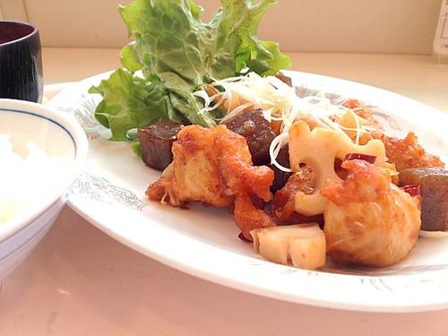 今日の社食はササミとこんにゃくのピリ辛炒め。420円。