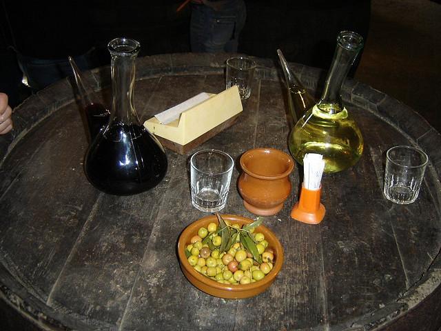 Vino, porrón y olivas. Autor, Txapulán