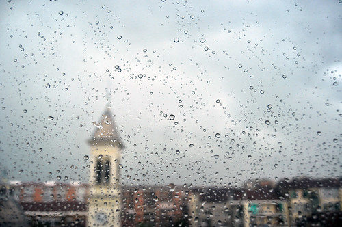 E fuori piove - And it's raining outside.