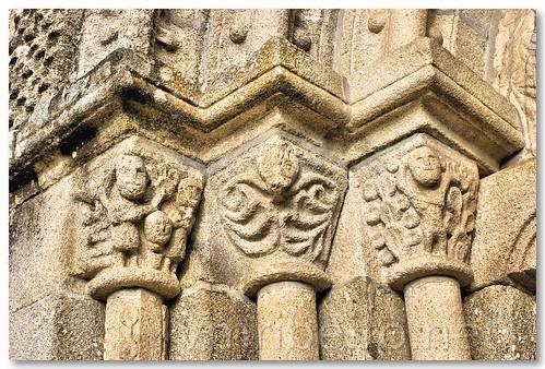 Capitéis (direita) do portal românico da igreja de Fonte Arcada by VRfoto