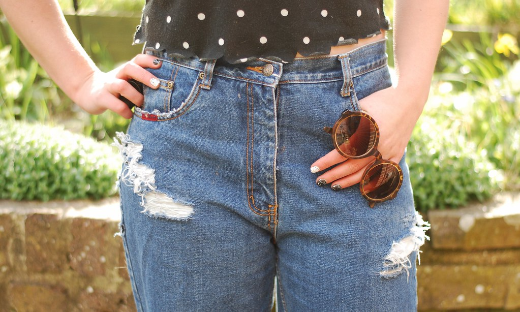chambray and curls mom jeans outfit