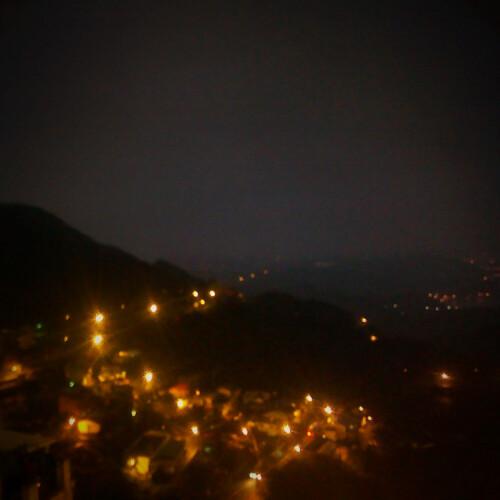 陰綿雨有霧的九份夜晚。