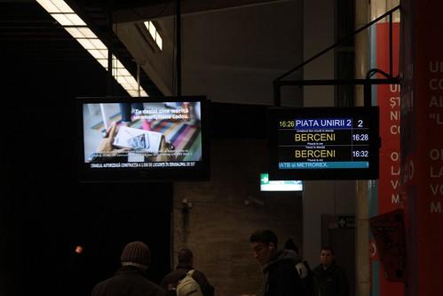 Next train display beside an advertising screen at Piata Unirii station
