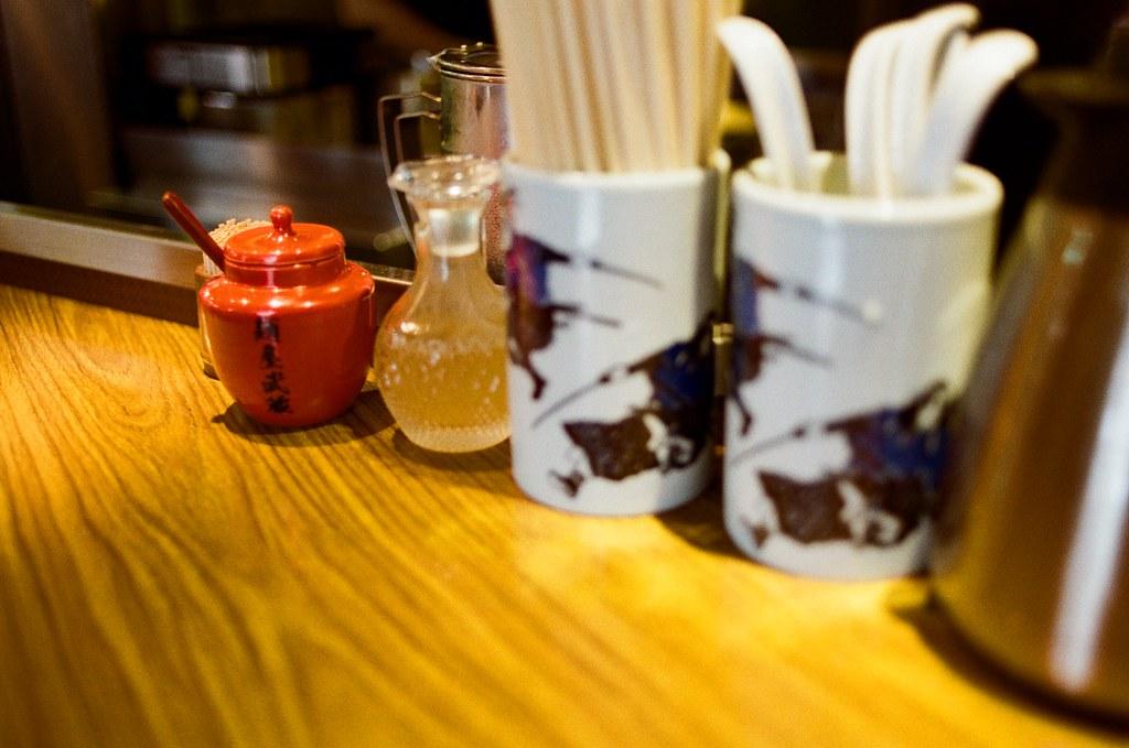 麵屋武藏 中野 吉祥寺 Tokyo, Japan / Kodak ColorPlus / Nikon FM2 那時候在中野這裡吃到一間湯頭很濃郁的拉麵,一直惦記著,但卻沒記得店家名稱是什麼。  後來回台灣後,在網路上隨意搜尋公司附近有沒有什麼好吃的拉麵店,推薦了一間叫做「麵屋武藏」,在中山北路附近。  結果在整理照片的時候發現原來我在中野吃得就是日本分店!  在中野的這間超級小,但是時時滿座,很特別!  Nikon FM2 Nikon AI AF Nikkor 35mm F/2D Kodak ColorPlus ISO200 0995-0004 2015/10/01 Photo by Toomore