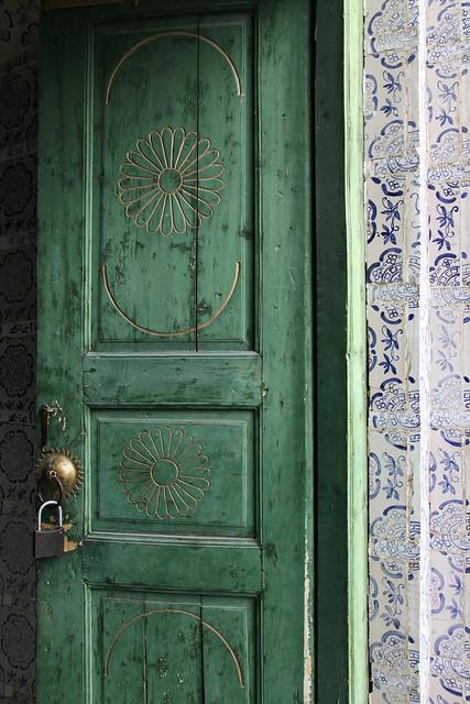 Green door of the King Tombs in Hami (Kumul) ハミ王陵、緑色のドア