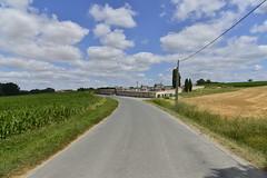 Route principale passant devant le cimetière de Champagne