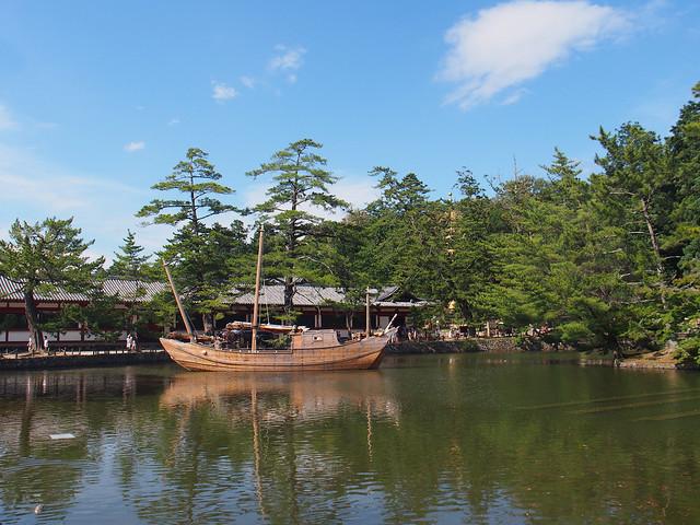 東大寺鏡湖上的藝術展