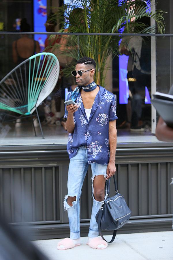 ネイビー半袖柄サテンシャツ×ダメージジーンズ×ピンクサンダル