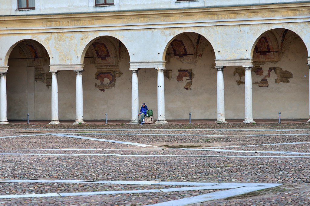 Piazza broletto lombardy italy around guides for Hotel mantegna meuble