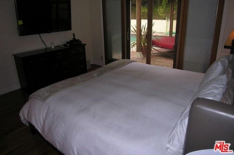 Спальня с выходом на задний двор
