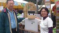 定期捐款者蕭代基(左)參加台北地球日綠色藝術市集活動。