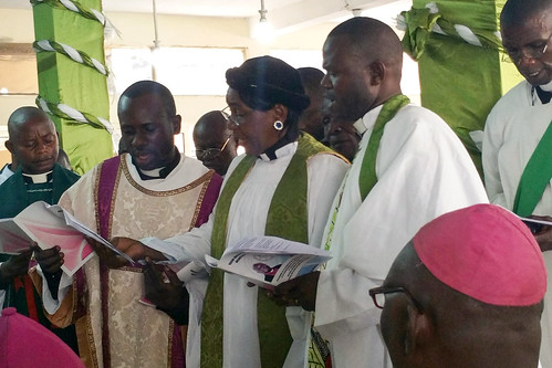 Congo_enthronement_Kishansa_clergy_paying_allegiance_to_the_new_Bp_of_Kinshasa_5