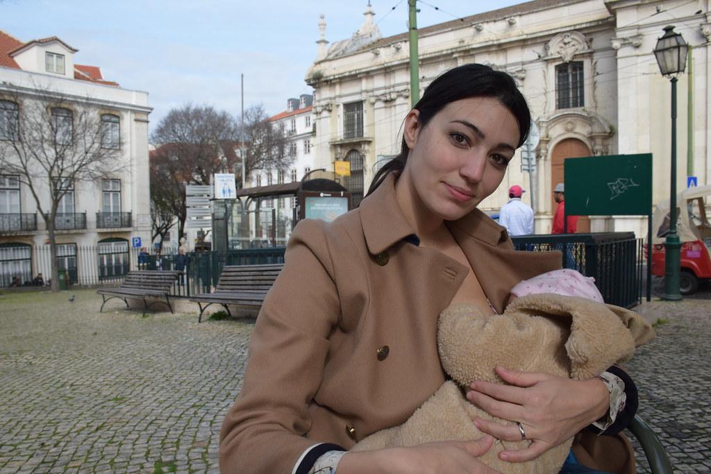Repostando ambas en una terraza de Lisboa.