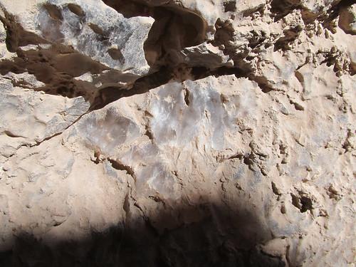 Le désert d'Atacama: la caverne de sel de la Valle de la Luna. Il s'agit bien de sel, recouvert de sable et de poussière.