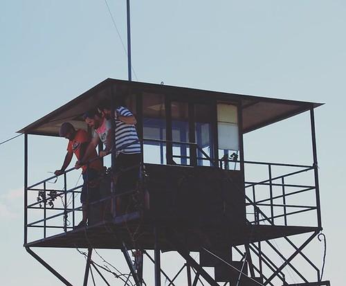 Los vigilantes de la playa o del monte! #alcoba #igersciudadreal #castillalamancha #teleobjetivo #nikon #seguridad #torre
