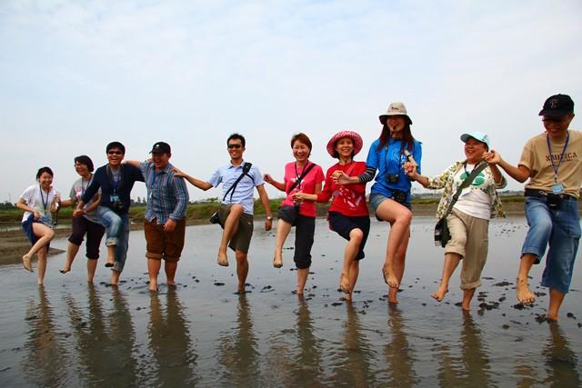 鹽田復晒後,布袋嘴文化協會積極開拓鹽田體驗之旅,以生態旅遊的方式,讓民眾親近鹽田,也了解台灣鹽業的過去。圖片來源:台灣環境資訊協會。
