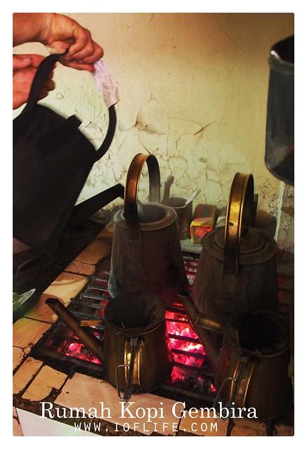 Menuang air panas rumah kopi gembira