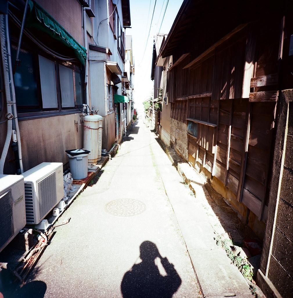銚子市 Choshi, Japan / Kodak Pro Ektar / Lomo LC-A 120 以前這樣拍是要把自己記錄下來,縱使沒有在反射鏡裡頭,簡單的剪影把拍照的輪廓和延伸的街道收錄起來。  有得時候這樣的畫面是為妳拍的,不是很確定為什麼妳會喜歡這樣的構圖。  拍多了,慢慢喜歡。  Lomo LC-A 120  Kodak Pro Ektar 100 120mm  8281-0007 2016-02-05 Photo by Toomore