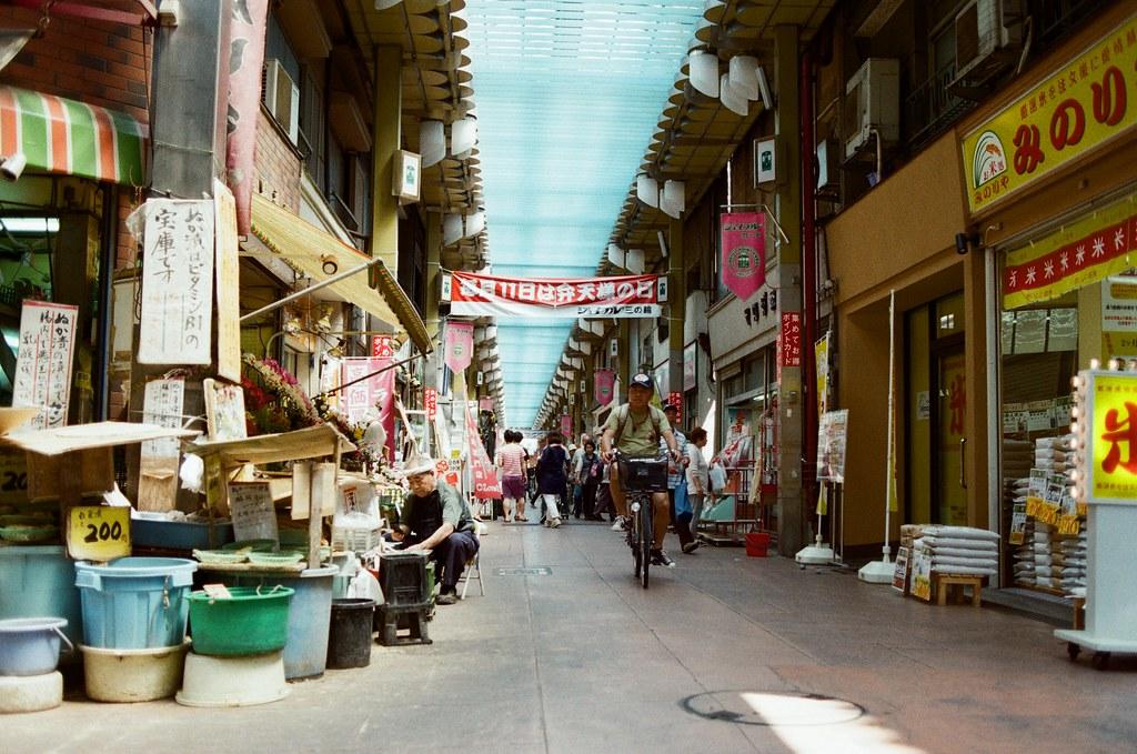 都電荒川 三ノ輪橋 Tokyo, Japan / Kodak ColorPlus / Nikon FM2 不要在中心點找重點,因為我習慣把想要表達的事情放在四個 45 度角的地方。  所以很直接的思考我所看到的,一定不是我想表達的。  Nikon FM2 Nikon AI AF Nikkor 35mm F/2D Kodak ColorPlus ISO200 6412-0031 2016/05/22 Photo by Toomore