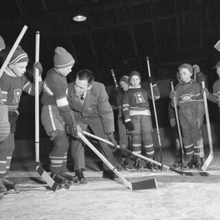 Future hockey stars are instructed in the proper method of bodychecking in Arnprior, Ontario, 1956 / De futures vedettes du hockey apprennent l'art de la mise en échec à Armprior (Ontario), en 1956