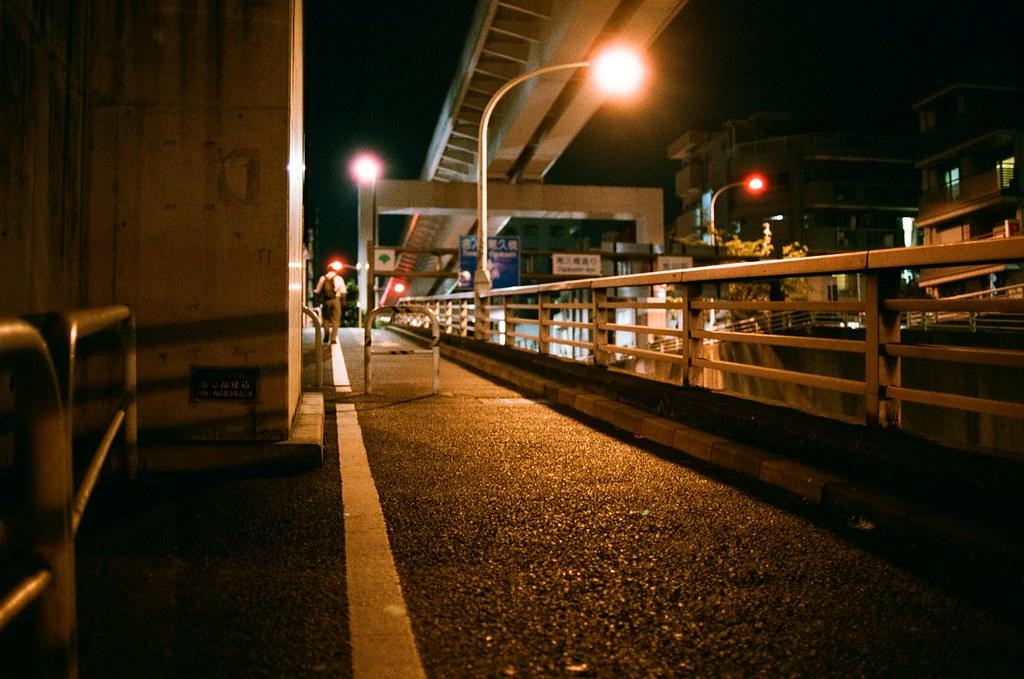 西日暮里 Tokyo, Japan / AGFA VISTAPlus / Nikon FM2 挑戰開大光圈不用腳架的方式拍,深呼吸一口氣後,閉氣,聽心跳的節奏,慢慢的壓下快門。  我記得這天開始寄回台灣的信陸續收到,妳很驚訝的說過了這麼久怎麼還收到從日本寄出的信,那是因為我又跑來了日本。  在台灣讓我很難生活下去,只好選擇一直前往日本旅行。  不管如何,錢存夠了,就是繼續前往日本完成旅行。  Nikon FM2 Nikon AI AF Nikkor 35mm F/2D AGFA VISTAPlus ISO400 0994-0035 2015/09/30 Photo by Toomore