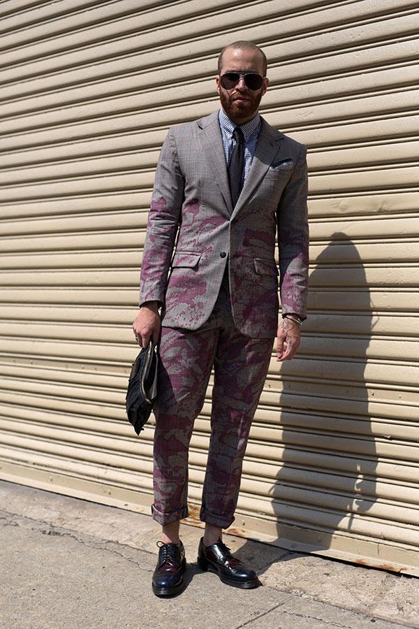 グレーペイント柄スーツ×ギンガムチェックシャツ×黒ソリッドタイ×紺・エンジコンビウイングチップシューズ