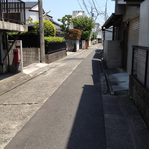歩道が狭い電車通りを避けてこんな裏通りを歩く。 by haruhiko_iyota