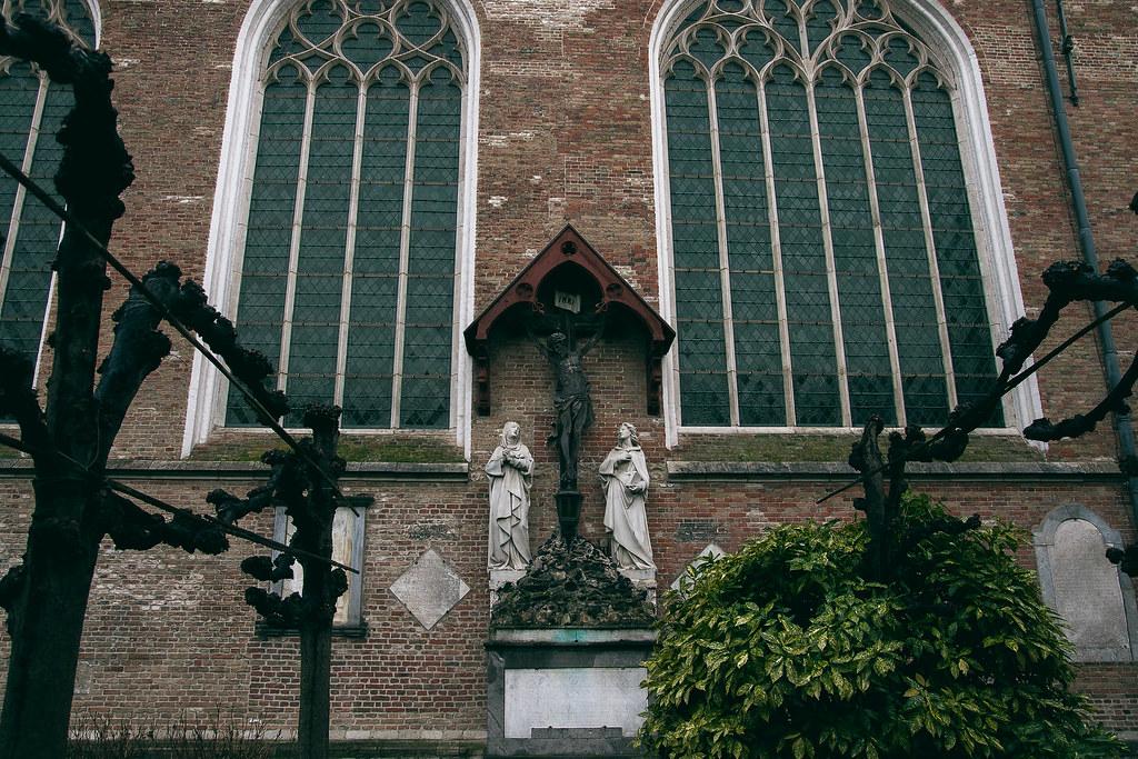 פארק סביב כנסיית גבירתנו בבלגיה