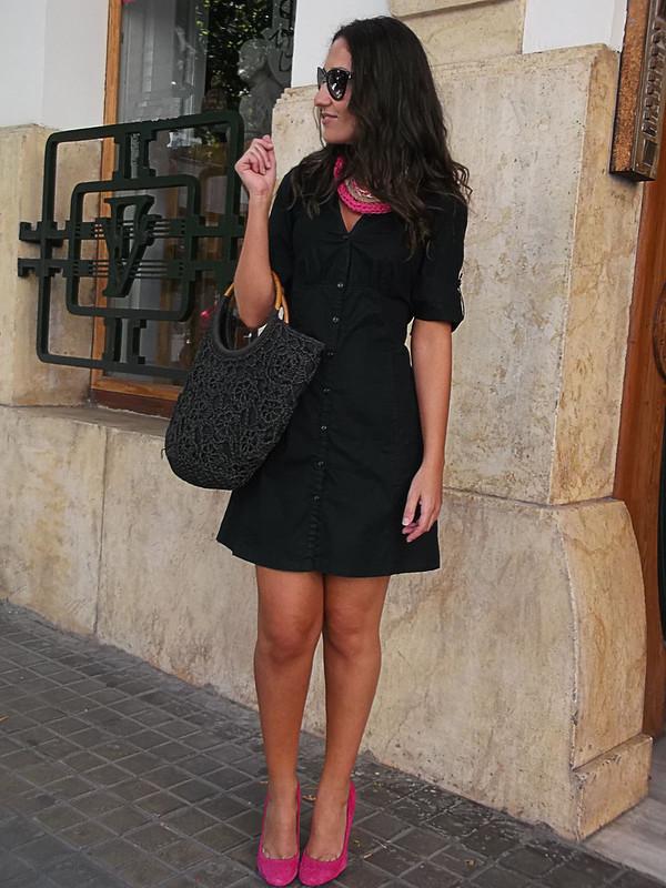 LBD, zapatos fucsia, collar babero de ganchillo, fuchsia shoes, crochet bib necklace, mango, zara, suiteblanco