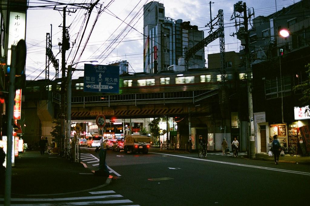 西日暮里 Tokyo, Japan / AGFA VISTAPlus / Nikon FM2 傍晚的天空讓我想起那時候一起去柴又看花火,回來的路上也有經過這裡,想著想著又開始站在路邊哭。  過了快一年的今天,我還是會記得那時候的我是怎樣一步步踏在我愛的日本,但也記得我是怎樣一步步想著該怎樣彌補那時候不完美的部分。  Nikon FM2 Nikon AI AF Nikkor 35mm F/2D AGFA VISTAPlus ISO400 0994-0033 2015/09/30 Photo by Toomore