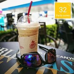 อากาศดีปั่นจักรยานออกมานั่งดื่มกาแฟ ซักหน่อย อาทิตย์ละครั้งก้อยังดี (32 องศา เมื่อมีลมมันก้อไม่ร้อนจนเกินไปหรอกครับ)